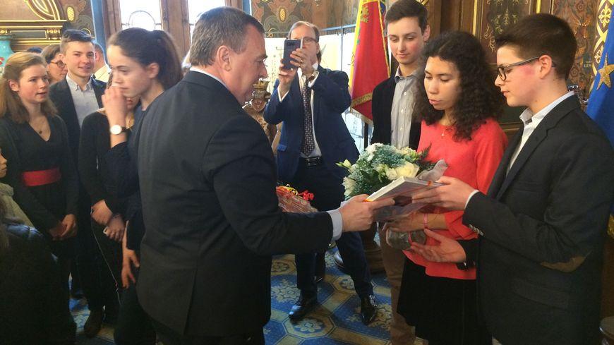 Le maire d'Orléans Olivier Carré en présence de Mathilde Edey Gamassou