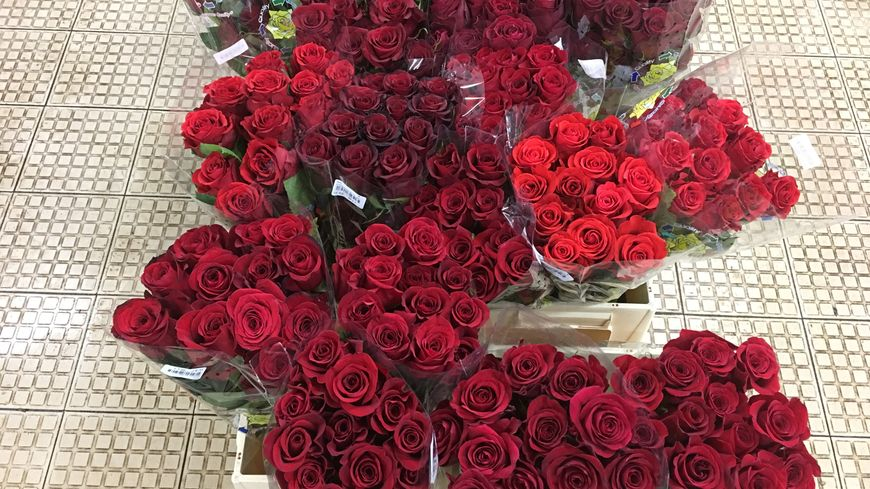 des centaines de bottes de roses rouges sont arrivées du Kenya et d'Ethiopie pour respecter la tradition de la Saint Valentin