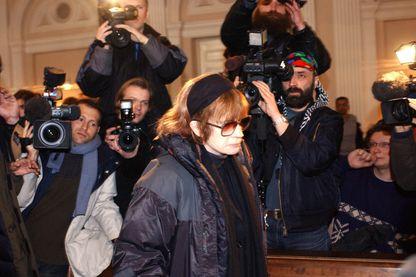 La réalisatrice française Nadine Trintignant, arrive au palais de justice de Vilnius le 16 mars 2004 pour le procès de Bertrant Cantat, inculpé du meurtre de sa fille à Vilnius en juillet 2003.