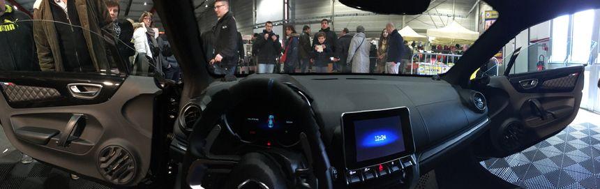 Chacun peut s'asseoir à l'intérieur de l'A110, dernier modèle d'Alpine bientôt commercialisé par Renault.