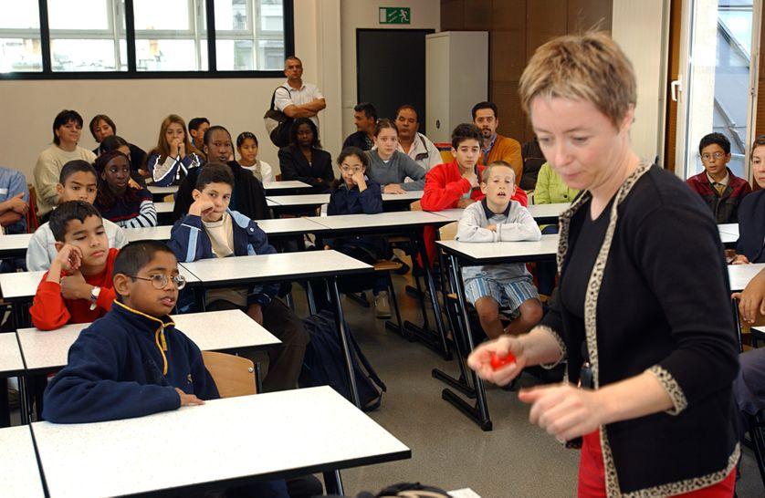 une professeur de musique accueille des élèves de sixième et leurs familles, le 05 septembre 2001 dans le XVIIIe arrondissement de Paris, pour le premier jour de la rentrée scolaire consacré à une prise de contact.