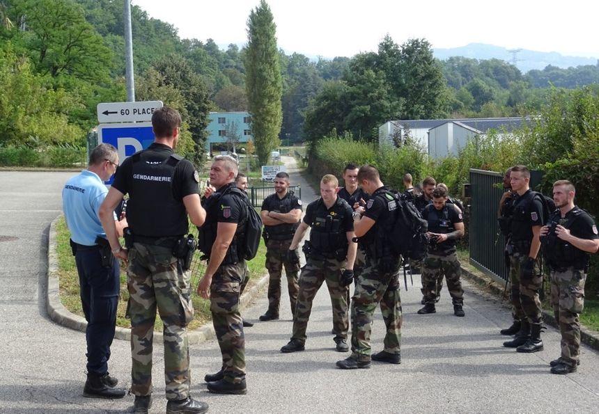 Des gendarmes mobilisés au Pont-de-Beauvoisin le 30 août 2017, à la recherche de Maëlys - Radio France