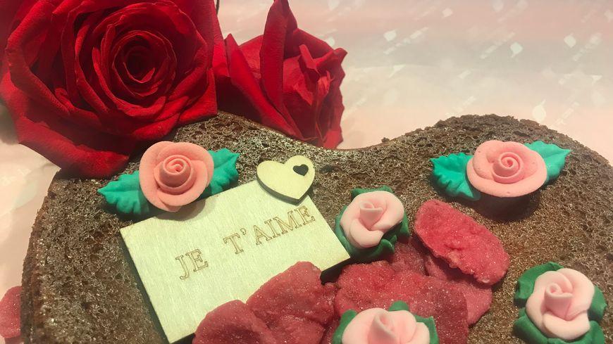 Le gâteau des amoureux au chocolat et à la rose