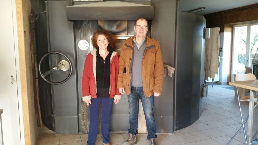 Thierry et Marie Chable devant le four à pain