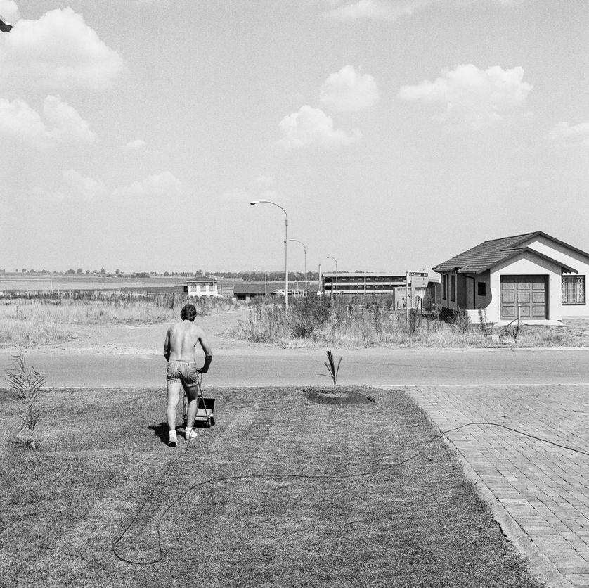Samedi après-midi dans le quartier de Sunward Park, Boksburg, avril 1979 Épreuve gelatino-argentique, env. 41 x 40,5 cm Courtesy David Goldblatt et Goodman Gallery Johannesburg et Cape Town