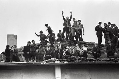 Des détenus de la centrale Charles III de Nancy occupent le toit de la prison, le 15 janvier 1972 lors d'une mutinerie. (LAB) AFP PHOTO