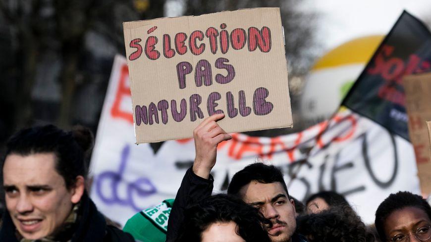 Une pancarte pendant la manifestation parisienne contre les réformes de l'université et du bac, le 01/02/18
