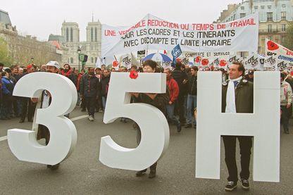 Plusieurs milliers de cadres manifestent à l'appel de la CFE-CGC et de la CGT le 24 novembre 1999 à Paris pour réclamer un décompte horaire de leur temps de travail dans le cadre de la loi sur les 35 heures.