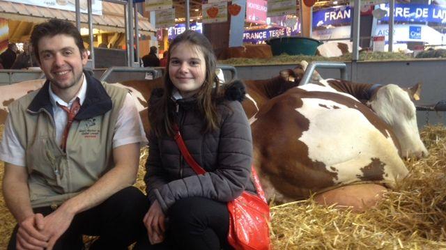 Nicolas Bucher et sa fille Maëlle aux cotés de leur vache Ismeralda sacrée meilleure mamelle adulte à Paris