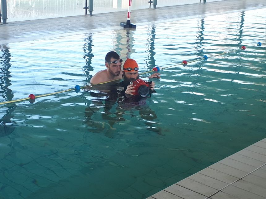 Cédric Giscos en séance de natation et d'apnée pour les besoins d'un film avec Etienne le cadreur