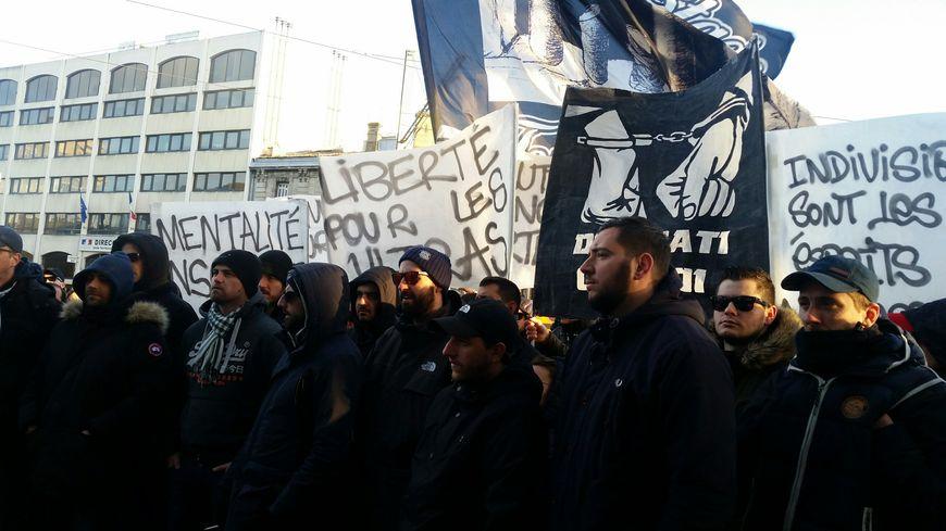 Les Ultras réunis devant l'hôtel de de police de Bordeaux