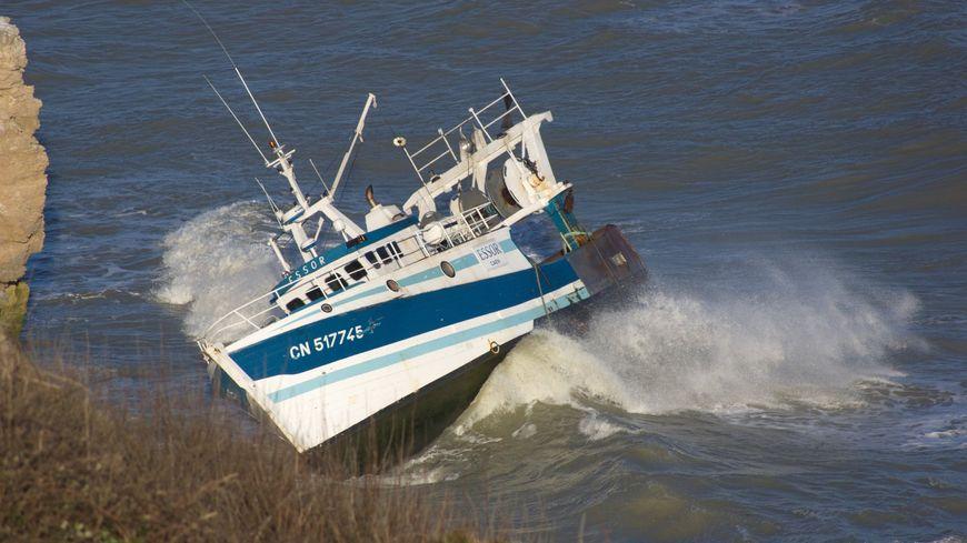 L'Essor et ses trois marins s'est échoué au pied des falaises de Port en Bessin (Calvados)