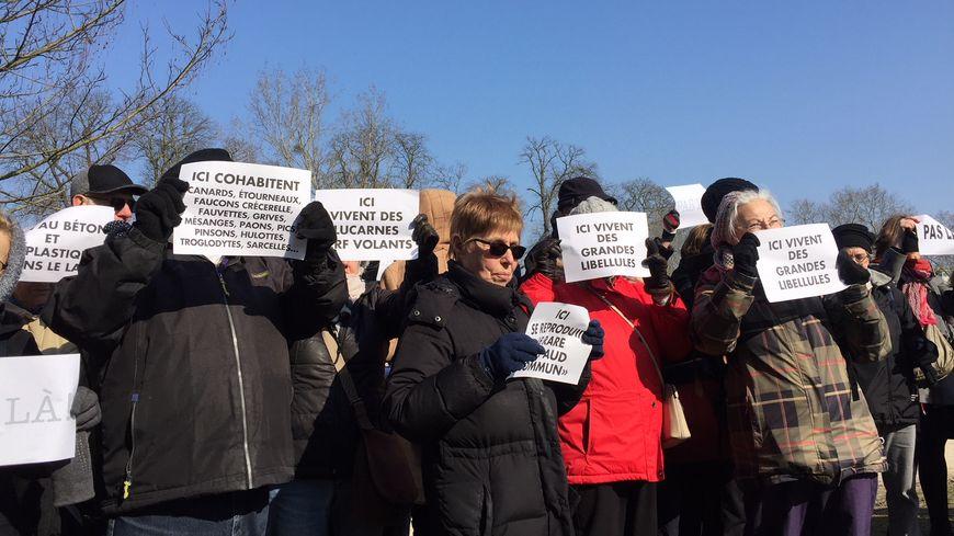 Une centaine de manifestants ont protesté contre le projet de la mairie de Paris