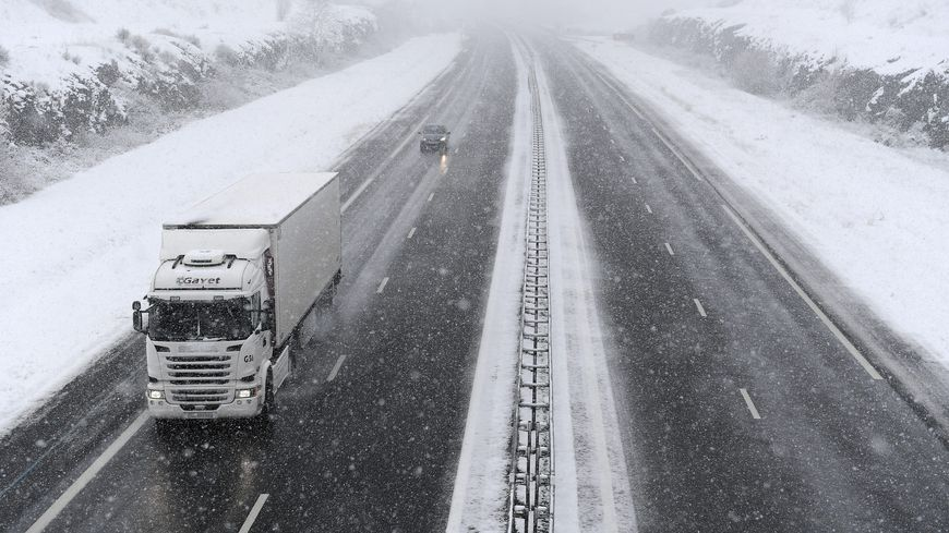 Les camions pourraient être dirigés vers des aires de stockage sur l'A20 dans l'après midi dans les deux sens (illustration).
