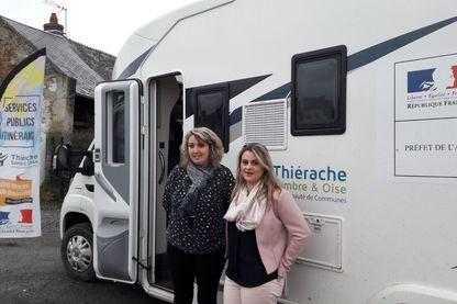 Devant le camping-car qui sillonne les villages en Thiérache : Emilie Wilczinski (à gauche) chargée d'accueil du service public itinérant et Angélique Humbert (à droite) chargée de mission du service public itinérant