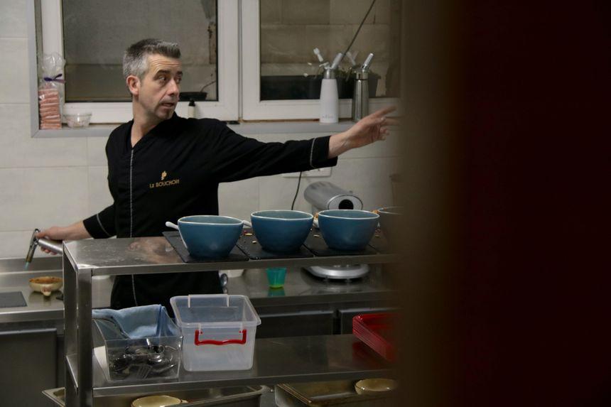 Dans sa cuisine, Michael donne les instructions en albanais