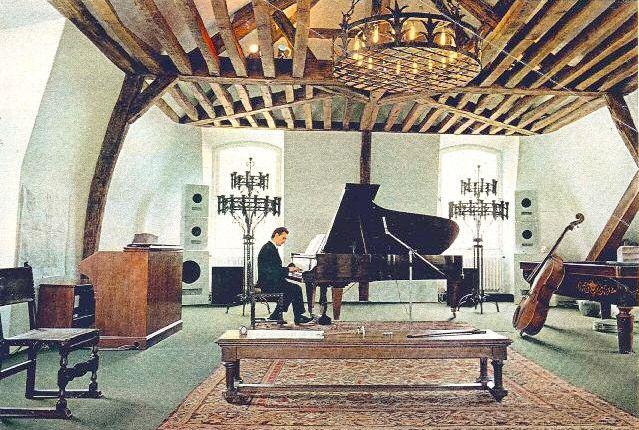 Dans les combles de l'aile nord, Michel Magne aménage une salle de musique de 150 mètres carrés pour composer et créer à loisir. Ici, Michel Magne à son piano en 1967