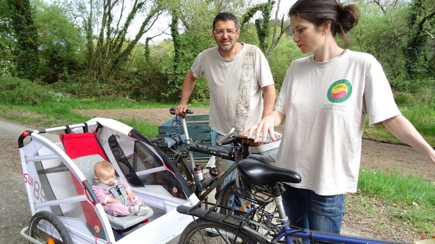 La petite Auriane, Damien et Isabelle prêts pour 20 000 km à vélo