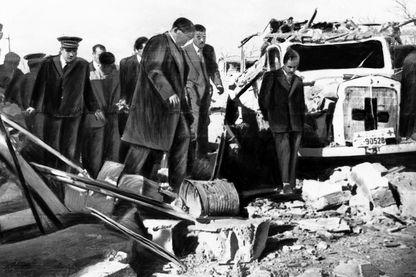 Sur les ruines de Sakiet Sidi Youssef en 1958 après le bombardement.