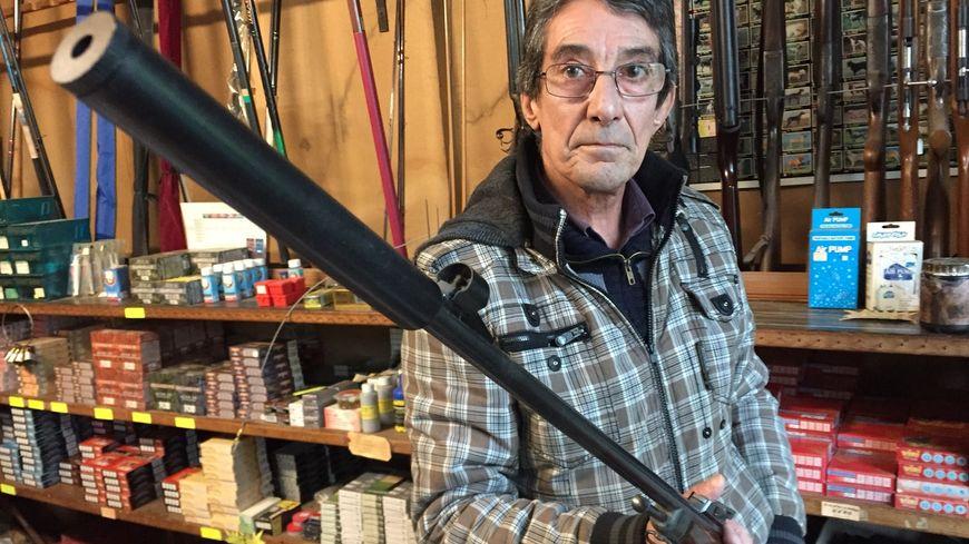 Philippe Martin, armurier et chasseur, vend déjà quelques silencieux dans sa boutique de Guéret.