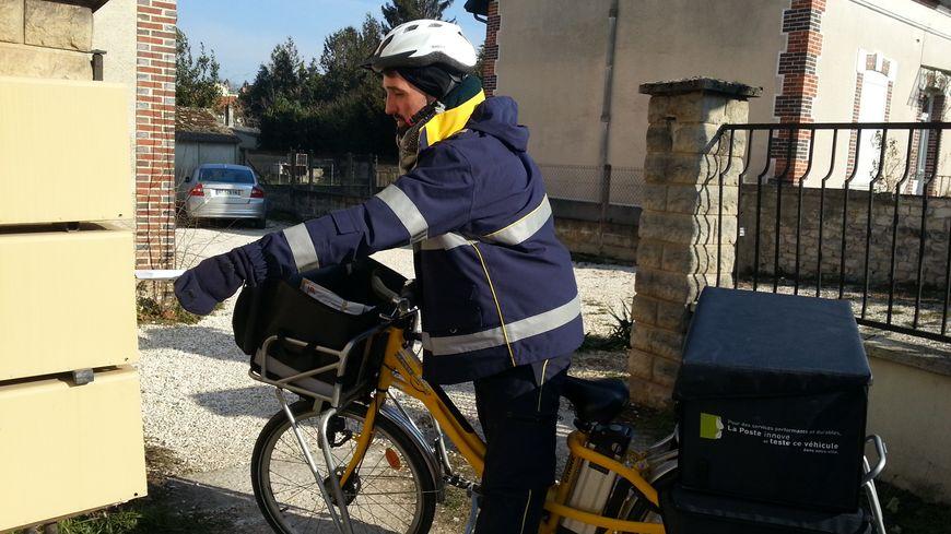 La distribution du courrier est assurée quelque soit le temps, même à vélo !