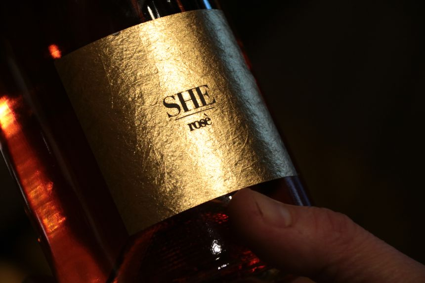 She, un vin kosovar. Pour les 10 ans de l'indépendance, le couple ch'ti a choisi de ne proposer que du vin local