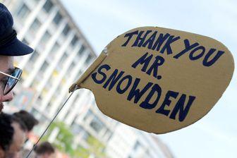 Manifestation à Hanovre, dans le nord de l'Allemagne, le 27 juillet 2013 contre la NSA (National Security Agency) américaine pendant laquelle un manifestant montre son soutien à Edward Snowden.