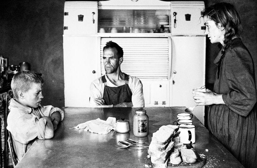 Petit propriétaire avec sa femme et leur fils aîné, à l'heure du déjeuner, Wheatlets, environs de Randfontein, Gauteng, septembre 1962