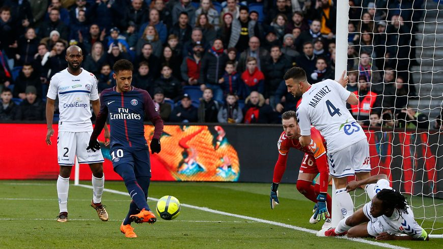 Neymar marque le deuxième but parisien