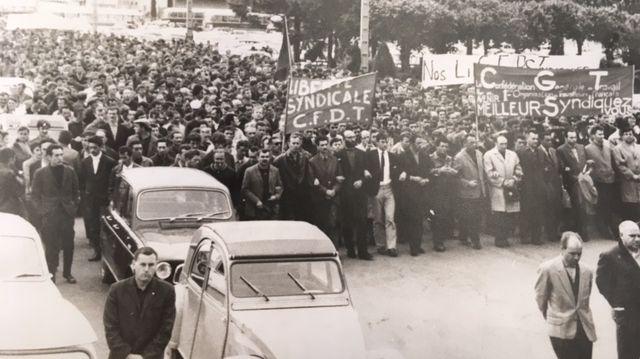 Manifestation devant l'usine Peugeot le jour de la reprise du travail le 20 juin 1968