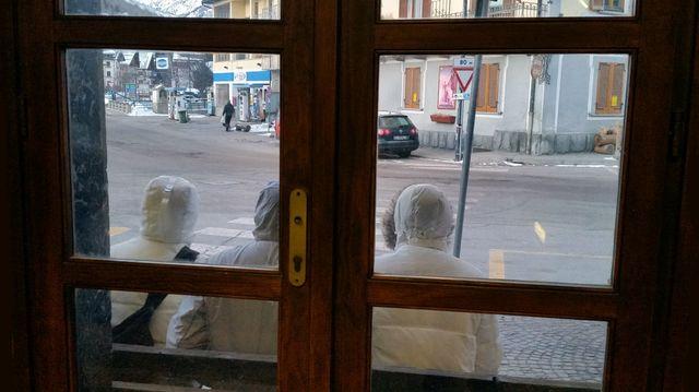 Trois migrants patientent devant la gare de Bardonecchia