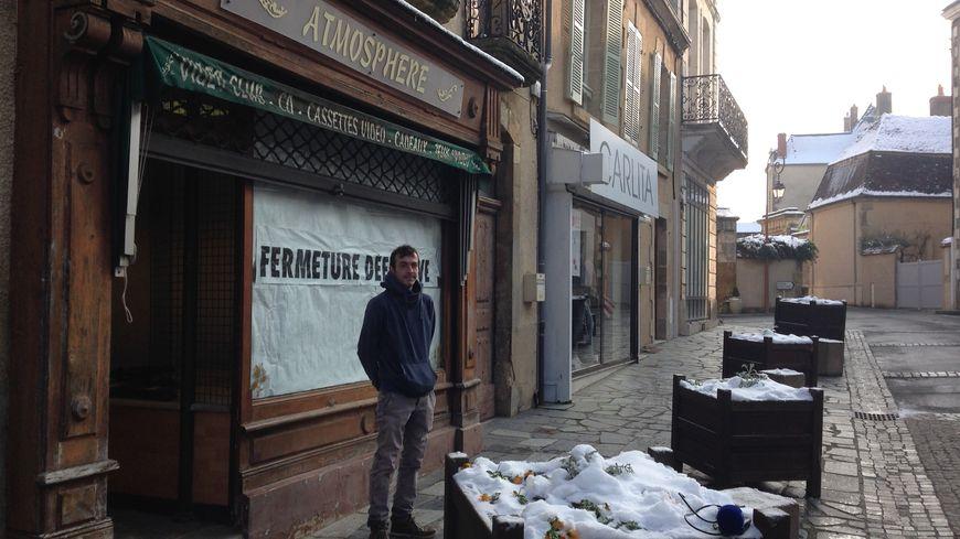 Erwann Lazennec, maraîcher berrichon devant le futur magasin de producteurs, encore en travaux
