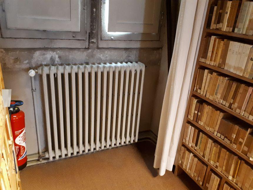 De bons vieux radiateurs en fonte dans la bibliothèque