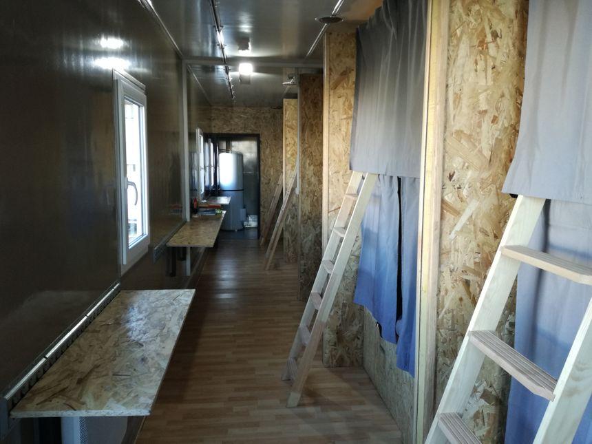 L'intérieur du camion, aménagé en huit couchettes