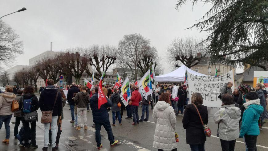 Profs, parents d'élèves et élus.Tous se sont rassemblés contre la carte scolaire, devant le pôle administratif Paixhans, au Mans.