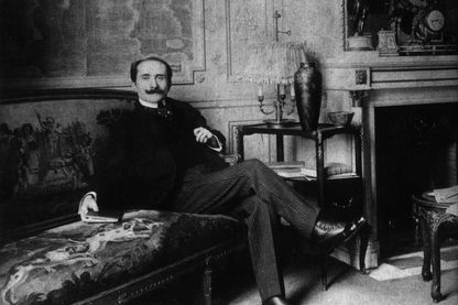 Edmond Rostand dans son salon