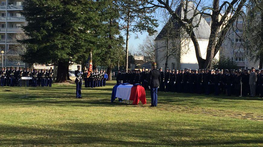 Le directeur général de la gendarmerie nationale a remis la Légion d'honneur à titre posthume au gendarme girondin décédé.