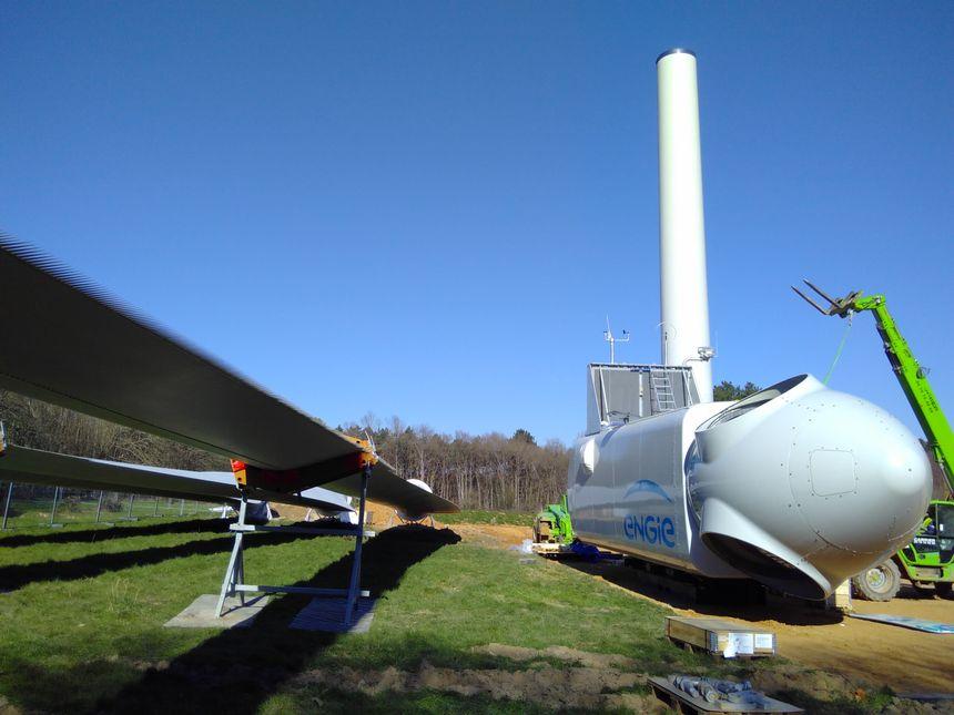 Une éolienne en kit : la nacelle (à droite) ira au sommet du mât et les trois pales sur le rotor, à l'extrémité de la nacelle