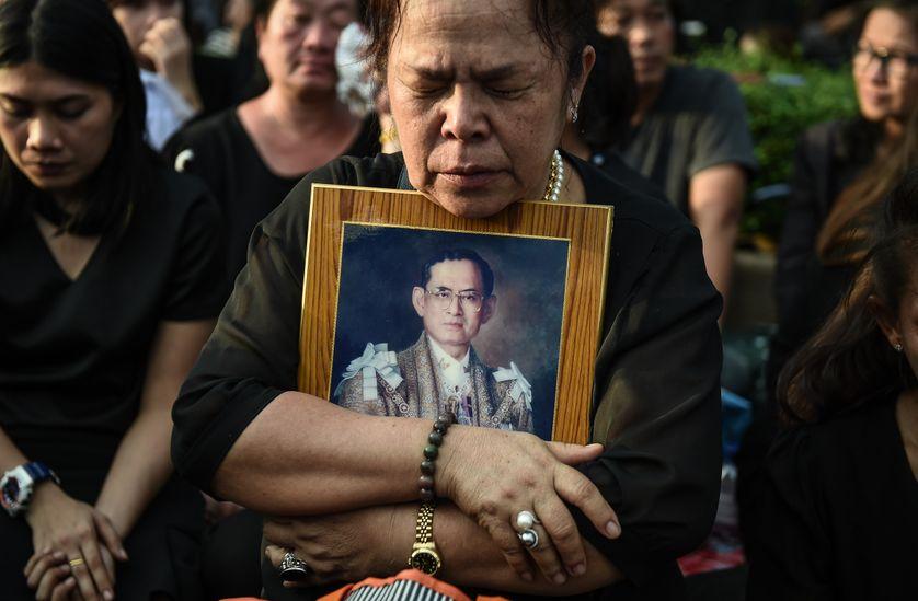 Hommage au roi thaïlandais  Bhumibol Adulyadej, mort le 13 octobre 2016, à Bangkok.
