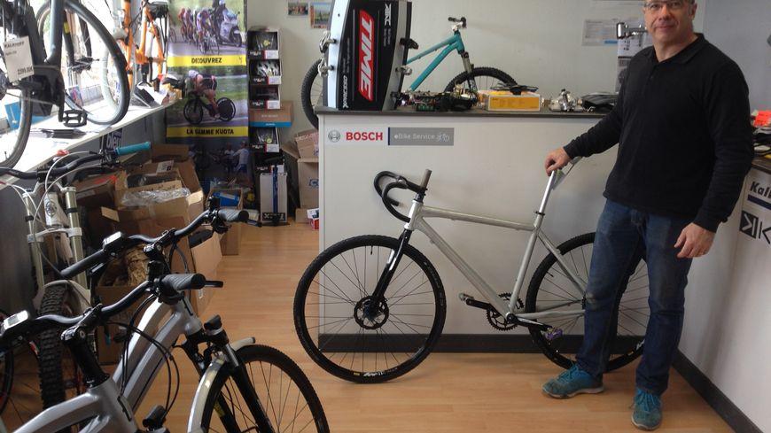 """Richard Desmaison et son prototype de """"gravel"""",  un vélo pour la route et les chemins, conçu dans son magasin castleroussin"""