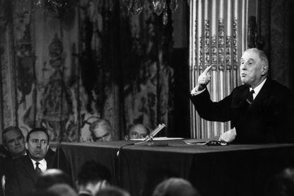 Le général de Gaulle pendant une conférence de presse dans la grande salle de bal de l'Elysée le 25 octobre 1966