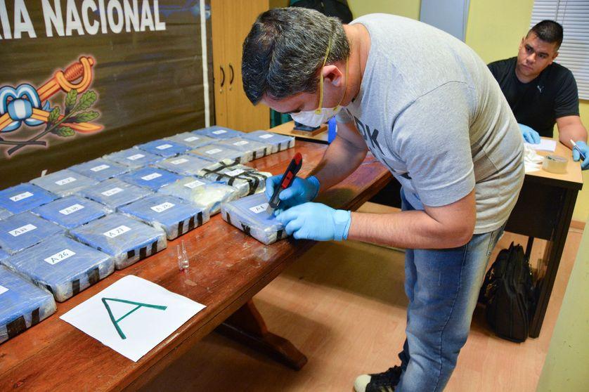Photo du ministère argentin de la Sécurité,  lors d'une opération policière qui a abouti à la saisie de près de 400 kilos de cocaïne de l'ambassade russe à Buenos Aires.