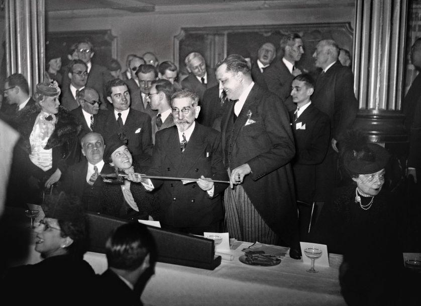 L'écrivain et homme politique Charles Maurras reçoit son épée d'académicien le 02 mars 1939 à Paris. Il est radié en 1945 après sa condamnation pour intelligence avec l'ennemi pendant la Seconde Guerre mondiale