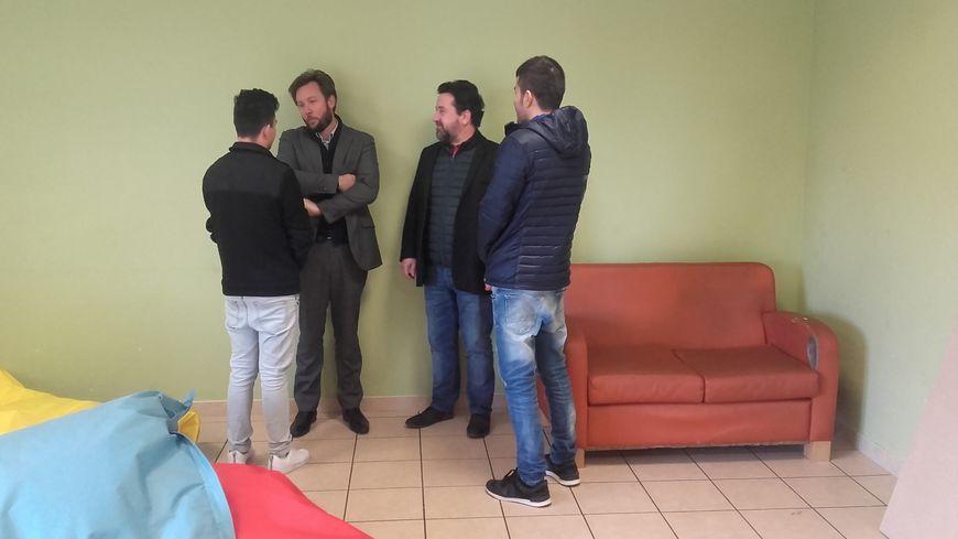 Le député Boris Vallaud (à gauche) visite un foyer pour mineurs à Saint-Sever où sont hébergés quatre migrants en voie de réinsertion.