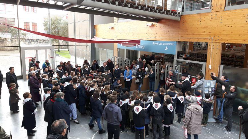 Les petits biarrots euskaldun se sont rendus à la médiathèque pour chanter la Ste Agathe