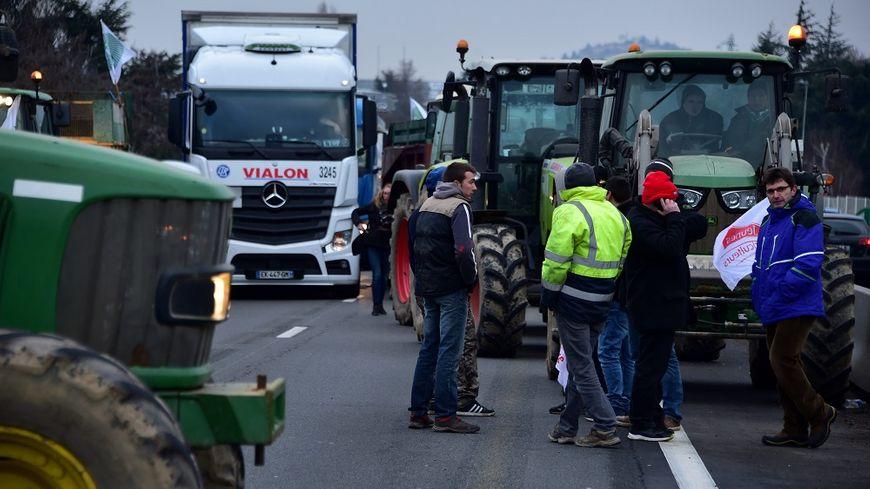 A Saint-Etienne, les agriculteurs ont installé un barrage filtrant sur l'A72.