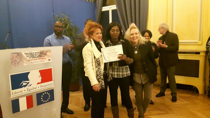 Mariame Gassama reçoit son diplôme d'honneur de la citoyenneté des mains de Séverine Maroun, première adjointe