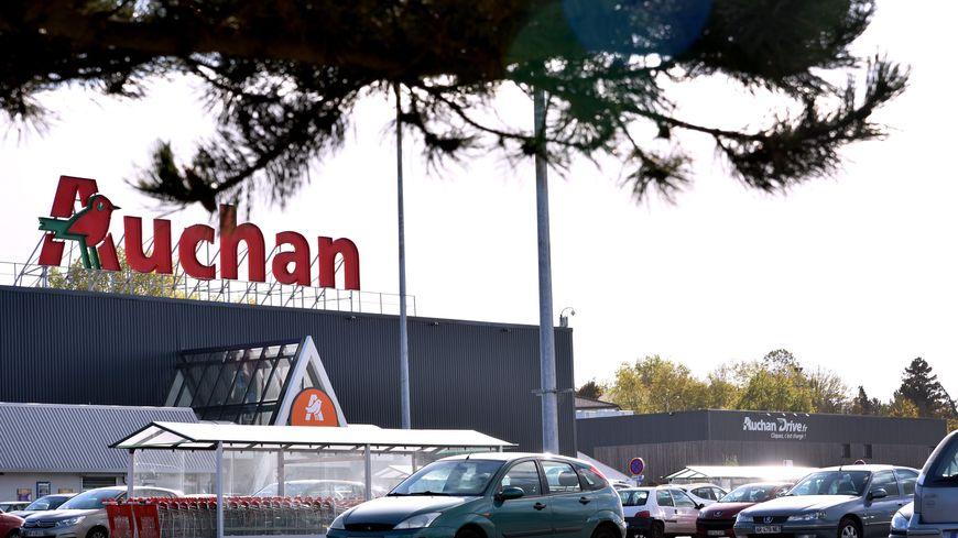L'enseigne Auchan, comme le groupe Carrefour, a révélé avoir remis en rayon par inadvertance des produits Lactalis rapportés par des clients.