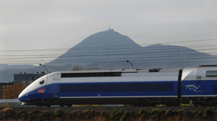 Un TGV au pied du Puy de Dôme, cela reste une archive