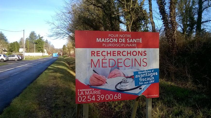 Des campagnes d'affichage pour trouver des médecins, exemple sur la commune de Pellevoisin dans l'Indre